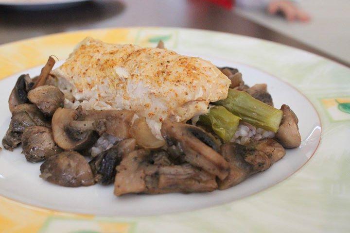Pieczona pierś kurczaka ze szparagami, pieczarkami i kaszą gryczaną
