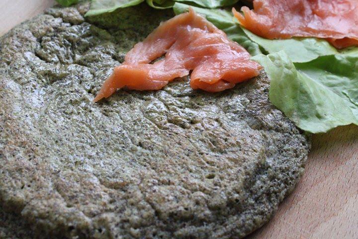 Omlet z mąką konopną i wędzonym łososiem