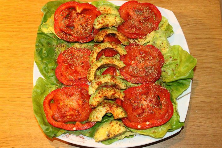 Sałatka: ½ awokado + 2 garści sałaty + papryka + pomidor + 1 łyżka