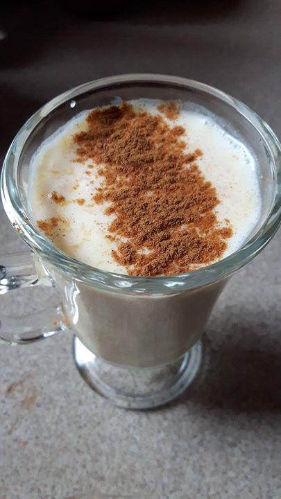 Koktajl z mleka kokosowego, pomarańczy i cynamonu.