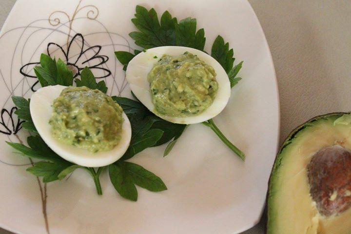 Jajko faszerowane pastą z awokado i natki pietruszki