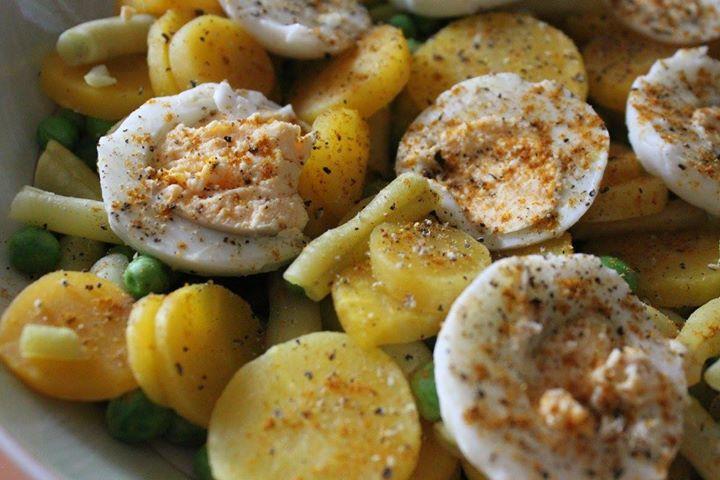 Sałatka jajeczna z gotowaną fasolką, marchewka i groszkiem posypana