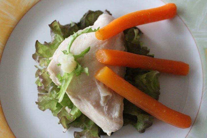 Kawał gotowanego mięsa drobiowego ze zblanszowaną marchewką