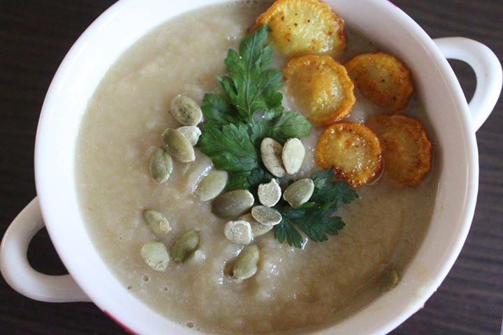 Zupa krem z gruszki i pietruszki z pietruszkowymi chipsami