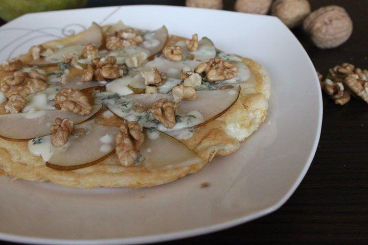 Omlet z gruszką i niebieskim serem