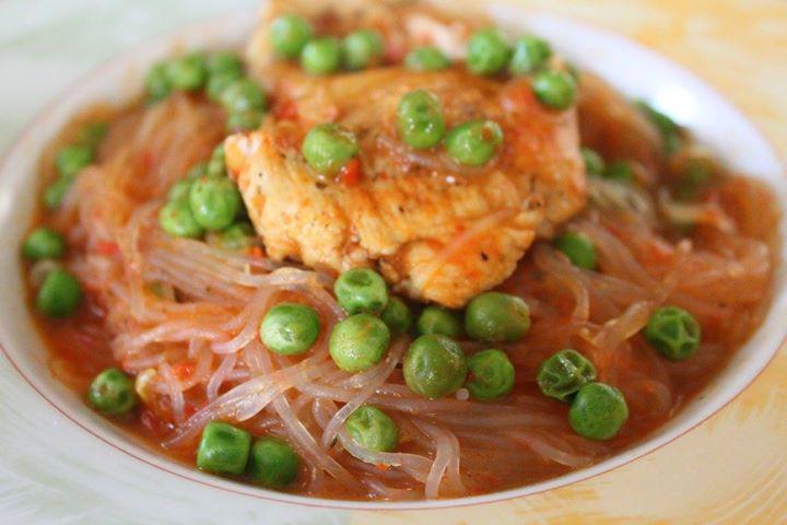 Makaron w sosie paprykowym z kurczakiem i groszkiem