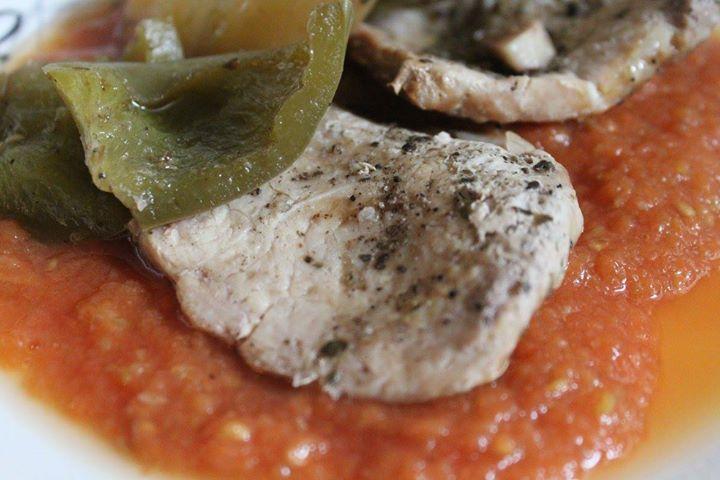 Schab pieczony z papryką i pomidorami