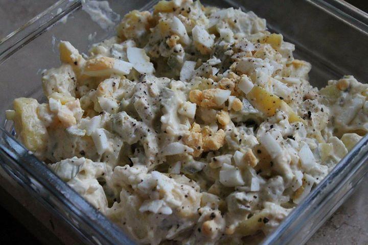 Klasyczna sałataka ziemniaczana z jajkiem, korniszonem, cebulką i