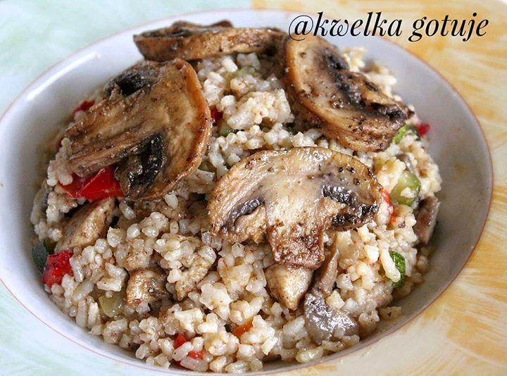 Potrawka ryżowa z pieczarkami i kurczakiem.