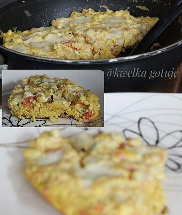 Jajeczno-ziemniaczany omlet z pomidorem i mozzarellą