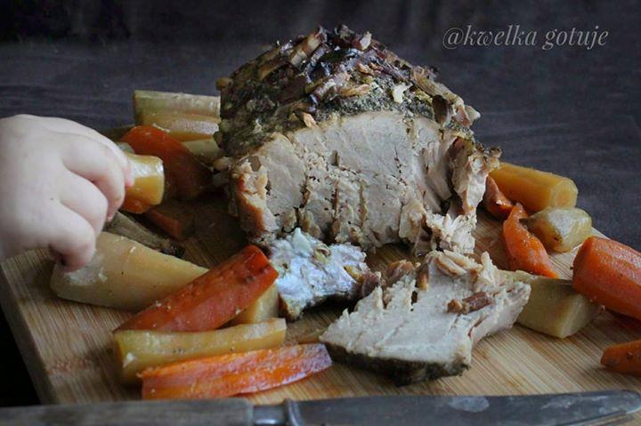 Pieczony z warzywami w folii schab nadziany czosnkiem