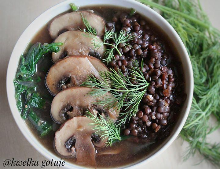 Dietetyczny wegański gulasz z brązowych pieczarek z czarną soczewicą
