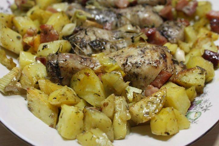 Kurczak pieczony w porach i z boczkiem ze smażonymi ziemniaczkami w