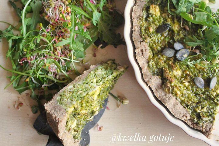Zielona tarta z ziarnami i kiełkami