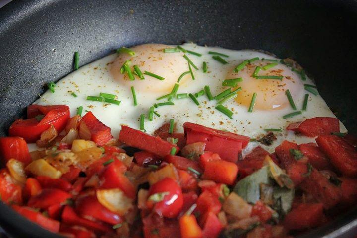 Jajka z papryką doprawione tymiankiem, papryką ostra i wędzoną,