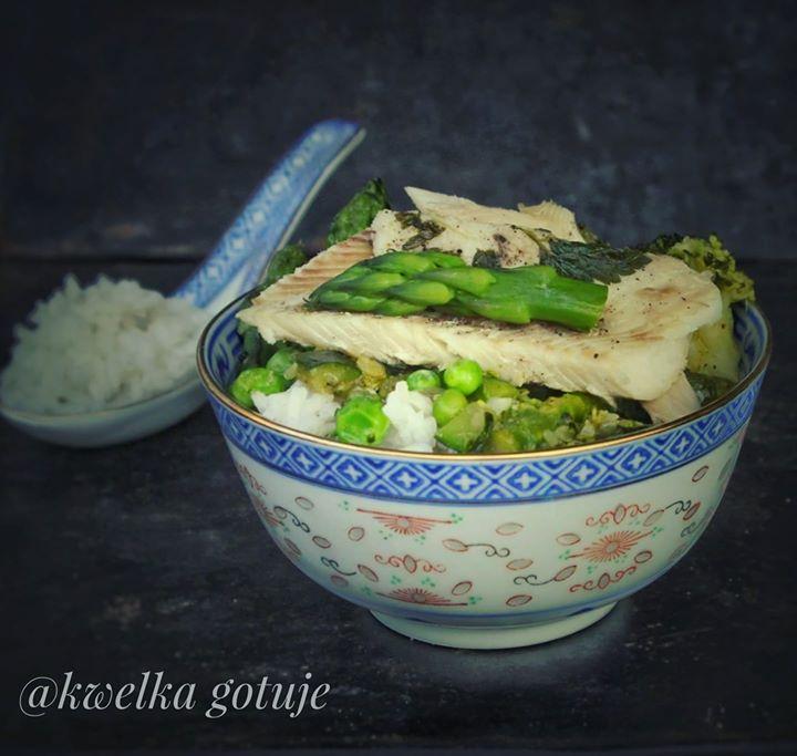 Curry z zielonymi warzywami i pieczonym pstrągiem