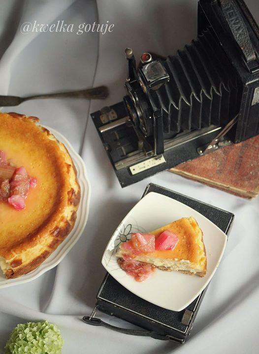 Waniliowy sernik z karmelizowanym rabarbarem