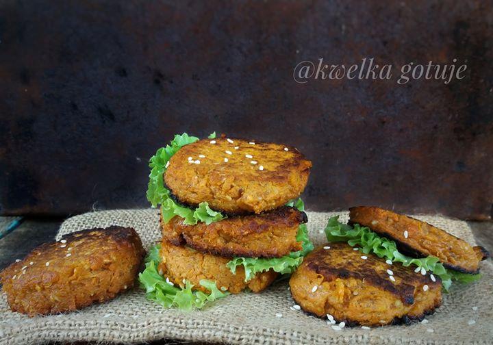 Wegańskie burgery z batata z marchewką i sezamem.