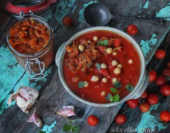 Zupa pomidorowa z ciecierzycą od Radix-Bis i bigosem z cukinii.
