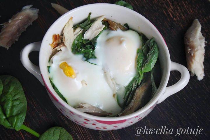 Pieczone jajka ze szpinakiem i wędzoną makrelą