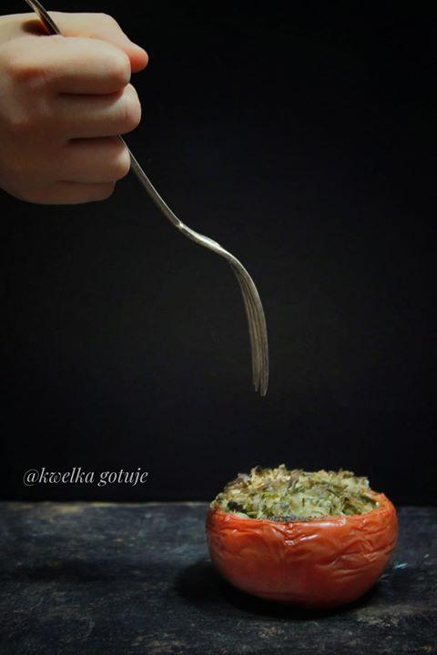 Zapiekany pomidor z kapustą kiszoną i natką pietruszki.