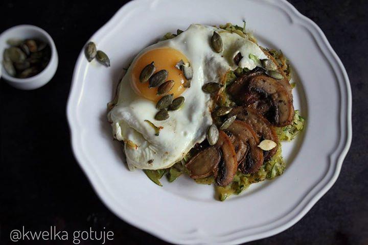 Sałatka cukiniowa z jajkiem i pieczarkami