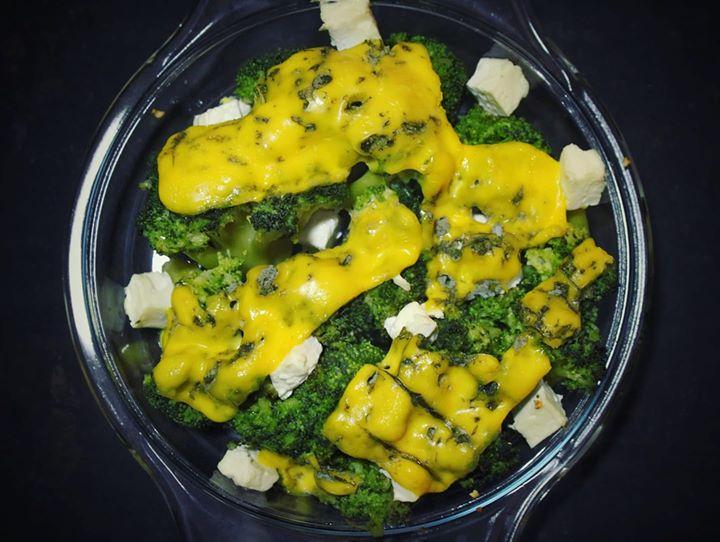 Brokuły zapiekane z serem feta i serem pleśniowym