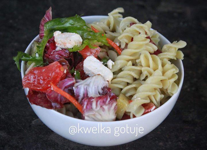 Śniadaniowa sałatka – makaron groszkowy z sałatą, pomidorkiem,