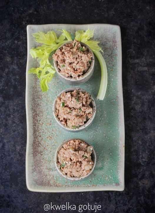 Czosnkowa pasta tuńczykowa z selerem naciowym
