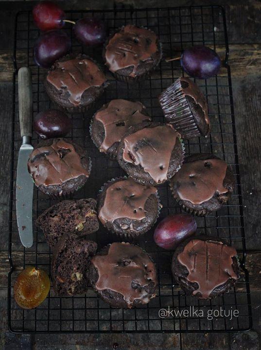 Kakaowe muffinki śliwkowe z czarnym czosnkiem