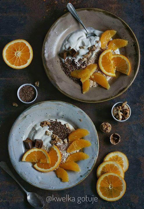 Jogurt z otrębami, siemieniem lnianym i pomarańczami oraz krówkami i
