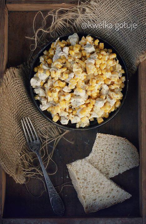Sałatka z marynowanym patisonem, kukurydza i kurczakiem z sosem curry.