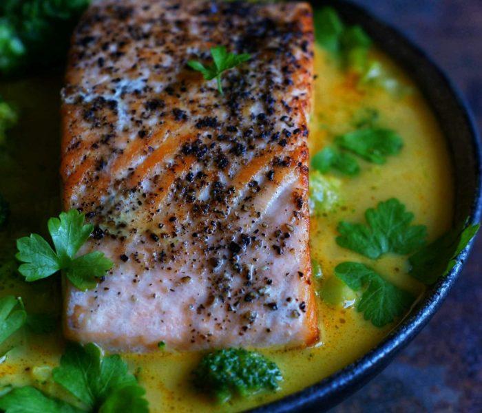 Tajskie Zielone curry z łososiem i brokułami