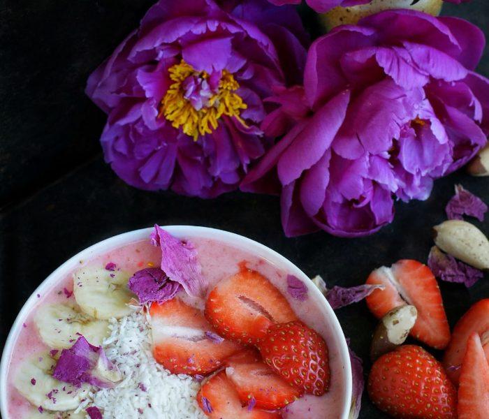 Truskawkowe smoothie bowl
