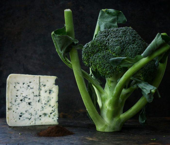 Brokułowa z serem pleśniowym i czarnym czosnkiem