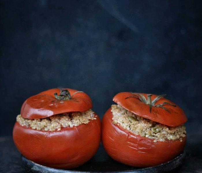 Pomidory faszerowane komosą ryżową i groszkiem