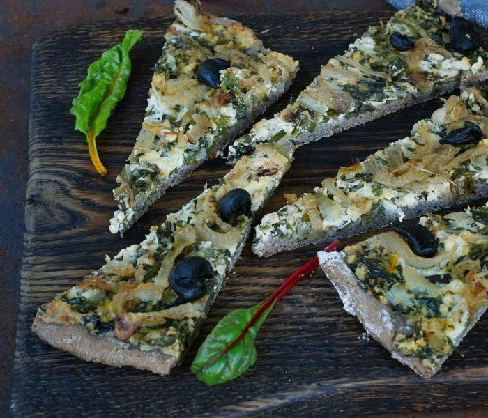 Orkiszowo-gryczana pizza z ricottą i burakiem naciowym