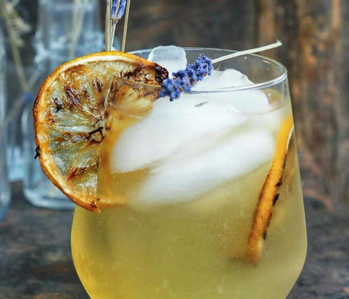 Lawendowa lemoniada z pieczoną cytryna
