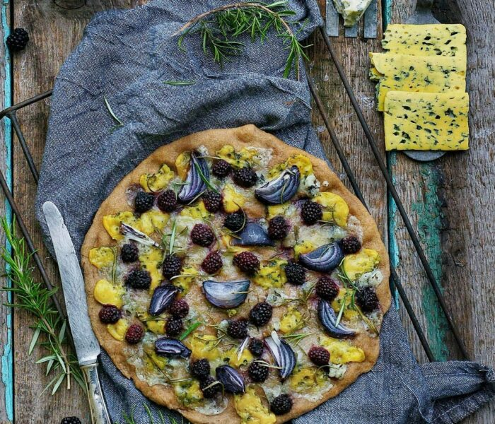 Serowa pełnoziarnista pizza z jeżynami i rozmarynem
