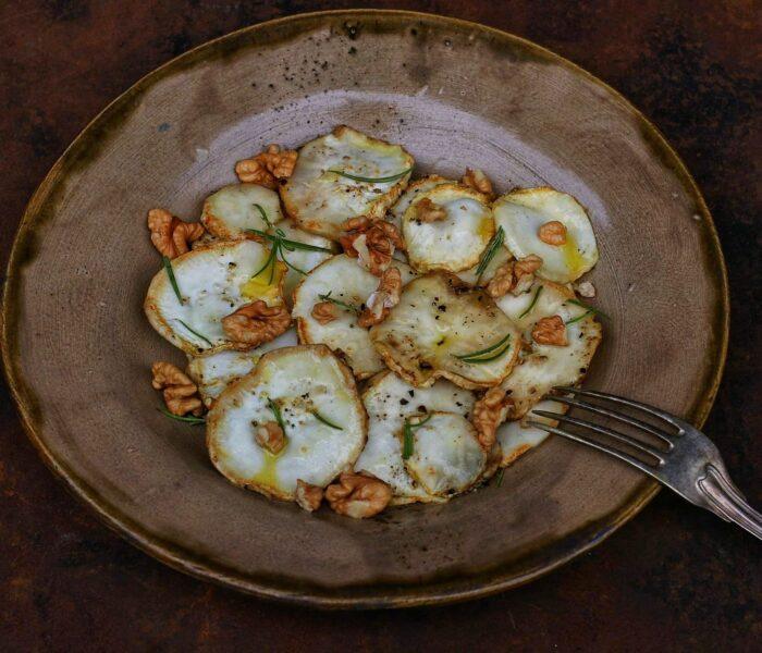 Pieczony seler z orzechami i rozmarynem