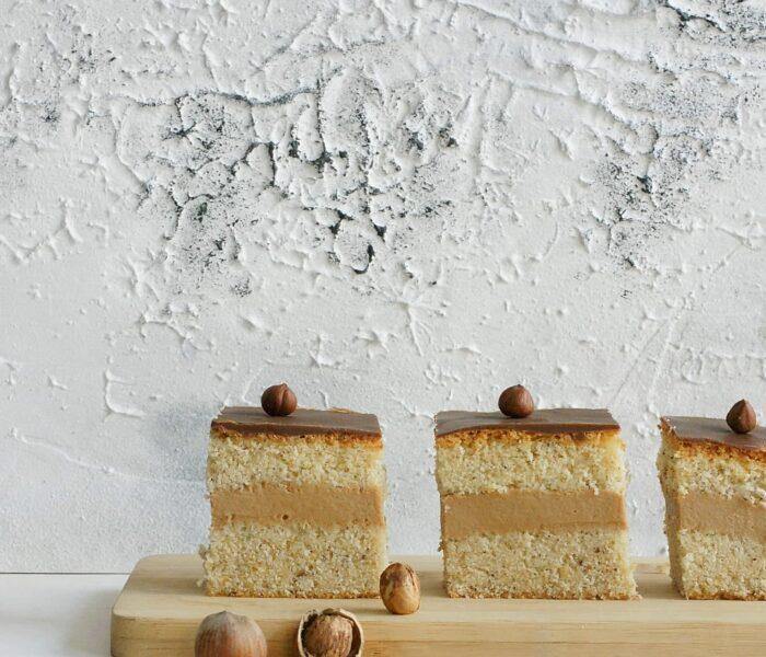 Ciasto orzechowe z kajmakowym budyniem