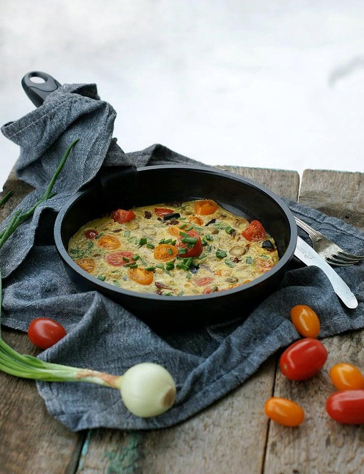 Pomidorowy pieczony omlet z oliwkami i czarnym czosnkiem