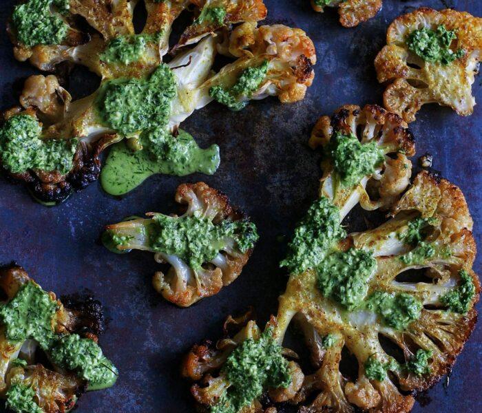 Steki z kalafiora  z zielonym sosem