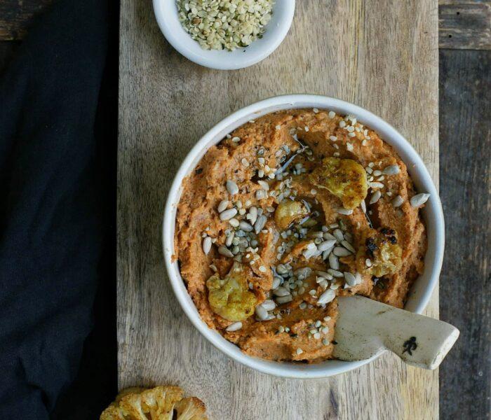 Pomidorowa pasta z kalafiora z płatkami konopi