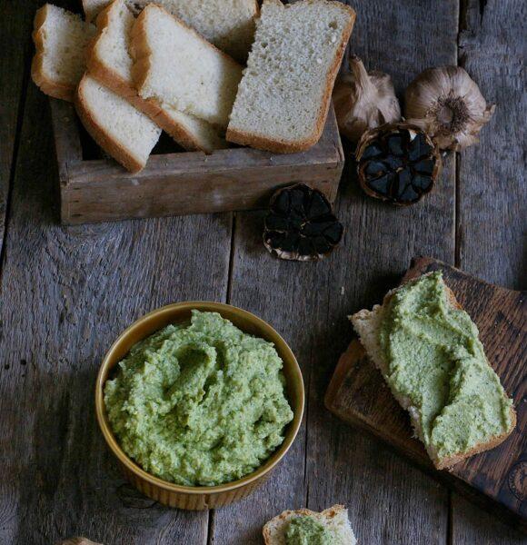 Jajeczna pasta z brokułem i awokado