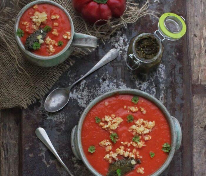 Zupa paprykowa na soku pomidorowym z pastą pietruszkowo-czosnkową