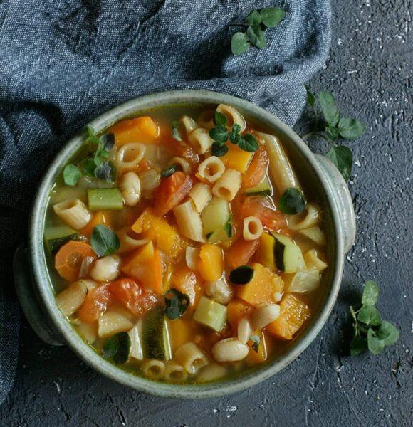 Warzywna zupa z makaronem