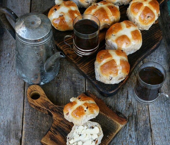 Hot cross bun – angielskie bułeczki z krzyżem