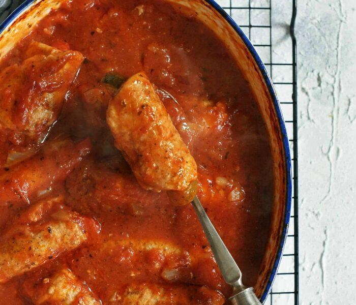 Pieczone roladki schabowe w sosie pomidorowym