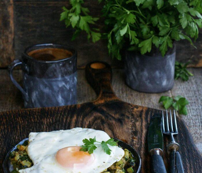 Jajko sadzone na sałatce z cukinii
